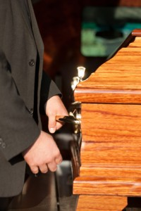 Beerdigung mit Sarg und Sargträger